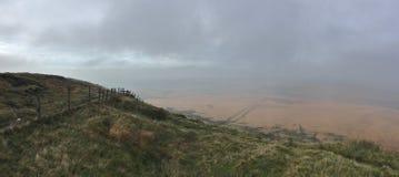 Wysokość w wzgórzach patrzeje nad śródpolnym widoku, chmurnym, mglistym dniem/, nabierającym UK obrazy royalty free