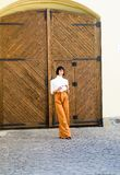 Wysokość waisted spodnie mody trend Wysokości waisted spodnia Kobiety brunetki atrakcyjnej odzieży modni ubrania feminizm zdjęcie royalty free