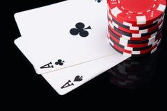 Wysokość zakład czerwień szczerbi się na gemowych kartach na czarnym odbiciu, Obrazy Royalty Free