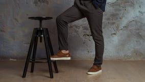 Wysokości osoba na szarym tle, czarny krzesło zdjęcie stock