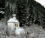 wysokogórska kaplica w zima krajobrazie z lasowym tłem Obrazy Stock