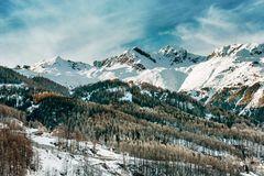 wysokogórska krajobrazowa zima Nakrywać góry i las Obrazy Royalty Free