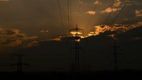 Wysokonapięciowe linie energetyczne przy zmierzchem zdjęcie wideo