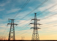 Wysokonapięciowe linie energetyczne przy zmierzchem Elektryczności dystrybuci stacja Wysokiego woltażu przekazu Elektryczny wierz Zdjęcie Royalty Free