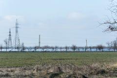 Wysokonapięciowy góruje linie energetyczne i linie panel słoneczny Zdjęcia Stock