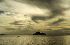 Wyspa i łódź Zdjęcia Royalty Free