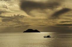 Wyspa i łódź Obrazy Stock