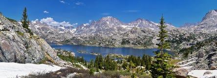 Wyspa jezioro w Wind River pasmie, Skaliste góry, Wyoming, widoki od backpacking wycieczkuje śladu Titcomb basen od Elkhart P obrazy royalty free