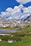 Wyspa jezioro w Wind River pasmie, Skaliste góry, Wyoming, widoki od backpacking wycieczkuje śladu Titcomb basen od Elkhart P zdjęcie royalty free