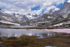 Wyspa jezioro w Wind River pasmie, Skaliste góry, Wyoming, widoki od backpacking wycieczkuje śladu Titcomb basen od Elkhart P obraz royalty free