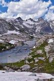 Wyspa jezioro w Wind River pasmie, Skaliste góry, Wyoming, widoki od backpacking wycieczkuje śladu Titcomb basen od Elkhart P obraz stock