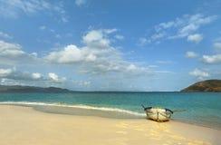 wyspa karaibska łódź na plaży rząd Zdjęcia Royalty Free