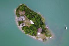 Wyspa na Jeziorze De Gruyere, Szwajcaria Zdjęcia Stock