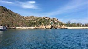 Wyspa na morzu w słonecznym dniu z niebieskim niebem zdjęcie wideo