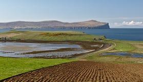 Wyspa Skye, Szkocja - widok przez Ardmore punkt w kierunku odległej Dunvegan głowy z nadzwyczajnymi dennymi falezami i głębokim b Zdjęcia Stock