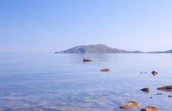 Wyspa w błękit zatoce Zdjęcia Royalty Free
