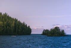 Wyspa w jeziorze zakrywającym z drzewami Zdjęcie Stock