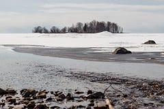 Wyspa w jeziorze, zima Zdjęcia Royalty Free