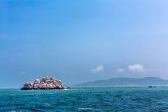 Wyspa w niebieskim niebie i oceanie fotografia royalty free