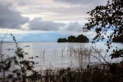 Wyspa w Onego jeziorze Fotografia od lasu na brzeg Jeziorny Onego Zdjęcia Stock