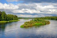 Wyspa w szybkiej bieżącej rzece Obraz Stock