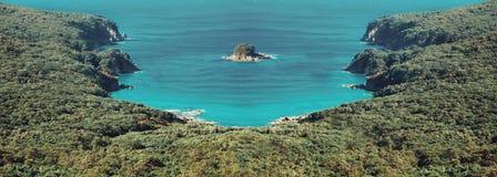 Wyspa w tropikalnej lagunie Zdjęcie Royalty Free