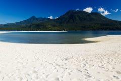 Wyspa z białym wulkanem w tle i piaskiem Obraz Royalty Free