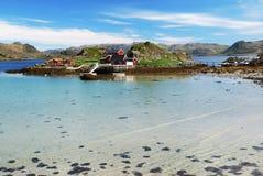 Wyspa z wioską rybacką po środku fjord, Mageroya obraz stock