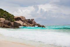 Wyspy plaża w oceanie indyjskim na Seychelles Zdjęcia Stock