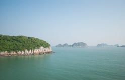 Wyspy w Halong zatoce Zdjęcia Royalty Free