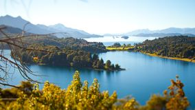 Wyspy w jeziorze w górach w Patagonia, Argentyna fotografia royalty free