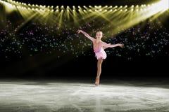 Występ młode łyżwiarki, lodowy przedstawienie obraz stock