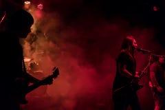 Występ muzycy na scenie zdjęcia stock