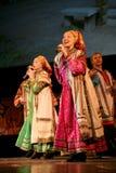 Występ na scenie aktorzy, soliści, piosenkarzi i tancerze teatru narodowego rosjanina piosenka, Obrazy Stock