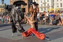 Występ tana widowisko wykonywał byThe Theatre Kijowskie uliczne główne atrakcje przy 31th ulicą - Międzynarodowy festiwal Uliczny Fotografia Royalty Free