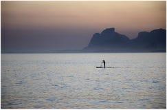 Występujący solo paddle w Rio De Janeiro na zmierzchu Obraz Stock