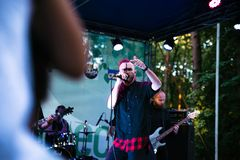 Występ rockowej grupy ` Chumatsky Shlyakh ` Czerwiec 10, 2017 w Cherkassy, Ukraina Obrazy Royalty Free