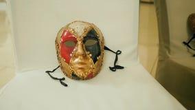 Wystawa karnawał maski dla twarzy zakończenia na krzesłach w muzeum zdjęcie wideo
