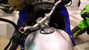Wystawa motocykle, deska rozdzielcza starzy sporty jechać na rowerze zbiory wideo