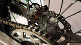Wystawa motocykle tylni koło motocyklu przędzalniany zbliżenie, hamulcowy dysk i łańcuch, zbiory