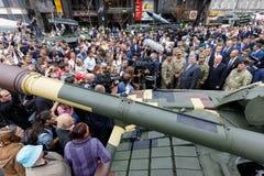 Wystawa ręki i militarny wyposażenie na Khreshchatyk, w Ki Zdjęcia Royalty Free