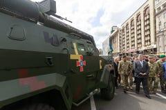 Wystawa ręki i militarny wyposażenie na Khreshchatyk, w Ki Fotografia Stock