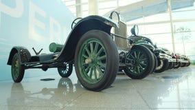 Wystawa retro samochody W g?r? retro ci??ar?wki Kolekcja starzy samochody osobowi i ci??ar?wki Pierwszy dziejowi samochody zbiory wideo