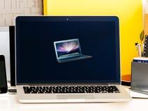 Wystawa retrospektywna stary iBook, MacBook Pro, PowerBook laptopy Jabłczani Fotografia Royalty Free