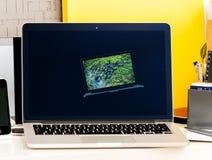 Wystawa retrospektywna stary iBook, MacBook Pro, PowerBook laptopy Jabłczani Zdjęcie Royalty Free