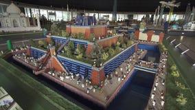 Wystawa Ups Wiszący ogródy Babylon zrobił Lego kawałki w Miniland Legoland przy Dubaj kurortami i parkami zdjęcie wideo