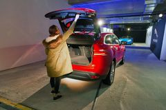 Wystawa z Jaguar F-PACE luksusowym samochodem w Kijów, Ukraina zdjęcia stock