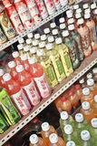 Wystawiać butelki z Chińskim miękkim napojem, Dalian, Chiny Zdjęcia Royalty Free