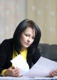 wystawia rachunek jej kobiety Fotografia Royalty Free