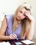 wystawia rachunek ona target2773_0_ zaakcentowana kobieta Obrazy Stock